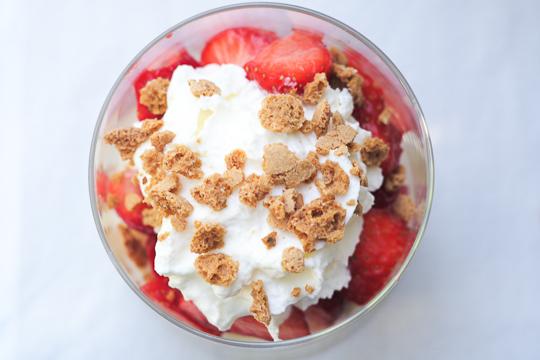 Erdbeeren Baiser und Amarettini Dessert