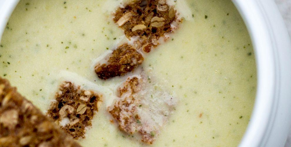 Zucchinicremesuppe mit Knusperbrot