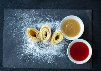 Pfannkuchen mit Apfelmus und Marmelade