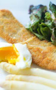 Spargel mit Schnitzel und pochiertem Ei