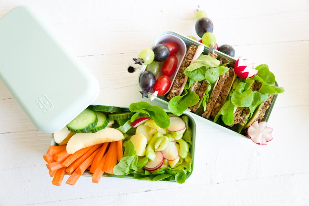 Kartoffelsalat und Sandwich in der Lunchbox