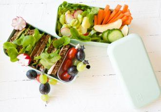 Leckere Sandwiches und Kartoffelsalat für die Lunchbox