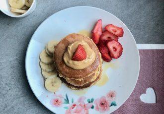 Fluffige Pancakes mit frischem Obst