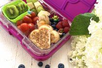 Lunchbox mit Waffel Gemüse und Obst