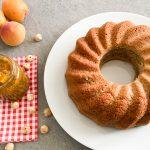 Nusskuchen-mit-Aprikosenmarmelade