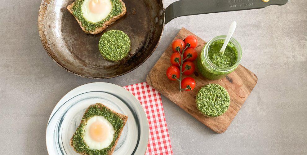Toast-mit-Spiegelei-und-Basilikum-Pesto
