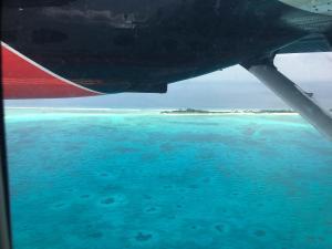 Blick aus dem Atmosphere Kanifushi- Wasserflugzeug beim Abflug