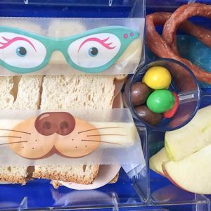 Brotbox Salamipeitschen, Banane und Cheestrings Hundegesicht