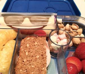Brotbox mit Pistazien, Cheestrings und kleinen Marshmallows